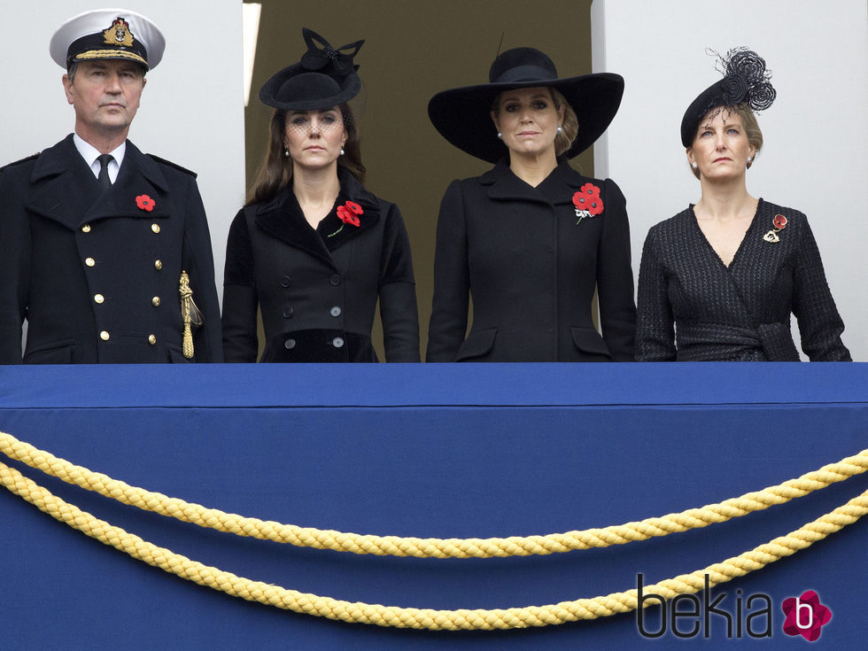 Kate Middleton y Máxima de Holanda con trajes negros en el domingo del recuerdo