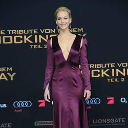 Jennifer Lawrence con vestido morado de Dior en el photocall de la premiere de 'Los Juegos del Hambre: Sinsajo, parte 2' en Berlín