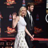 Jennifer Lawrence con top blanco y falda con estampado de flores en la ceremonia handprint para promocionar la nueva película de 'Los juegos del hambre'