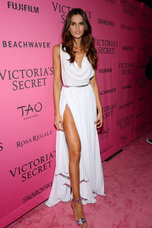 Izabel Goulart con vestido blanco en el After Party del desfile de Victoria's Secret 2015