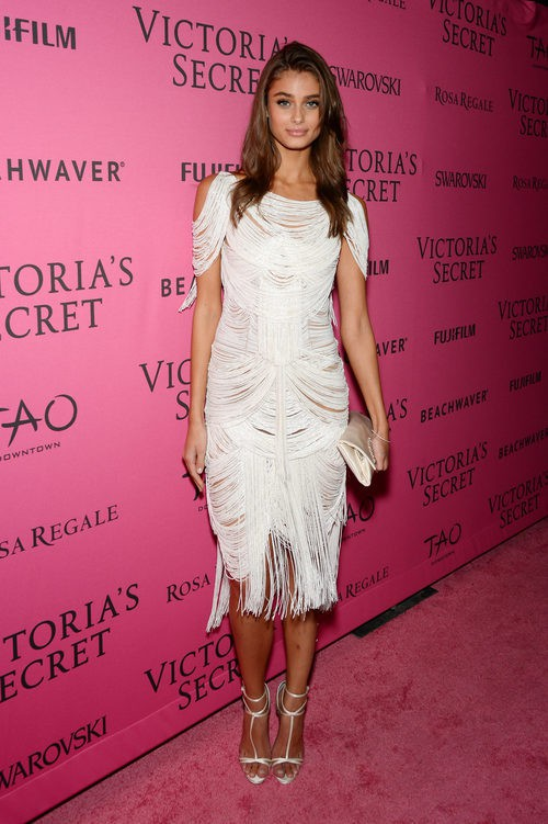 Taylor Hill con vestido blanco en el After Party del desfile de Victoria's Secret 2015