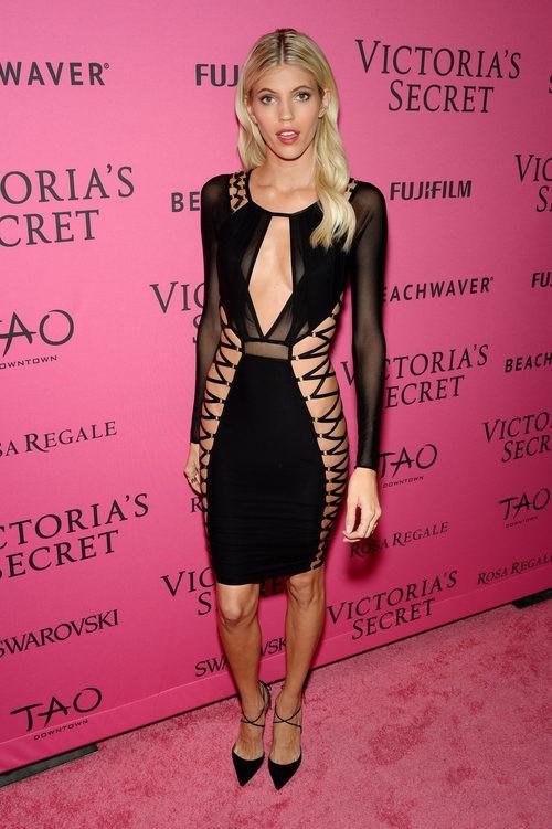 Devon Windsor con vestido negro ceñido en el After Party del desfile de Victoria's Secret 2015