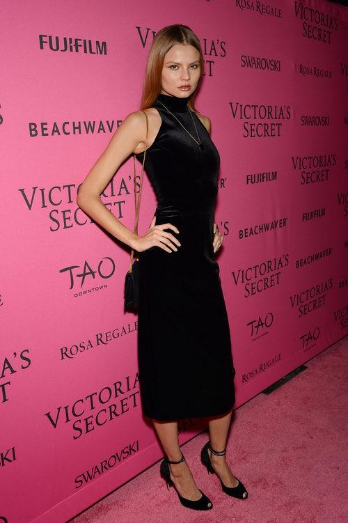 Magdalena Frackowiak con vestido negro midi en el After Party del desfile de Victoria's Secret 2015