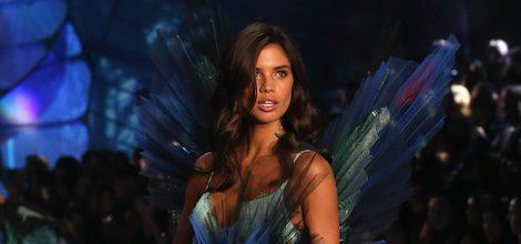 Sara Sampaio desfilando con conjunto en tonos verdes y azules para el Fashion Show 2015 de Victoria's Secret