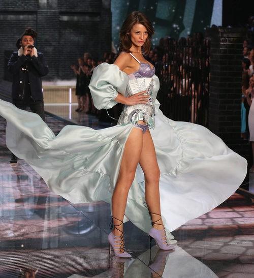 Flavia Lucini con conjunto morado y azulado desfilando para el Fashion Show 2015 de Victoria's Secret