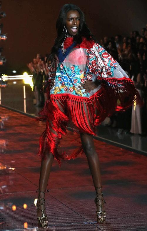 Leomie Anderson con conjunto rojo y transparente desfilando para el Fashion Show 2015 de Victoria's Secret