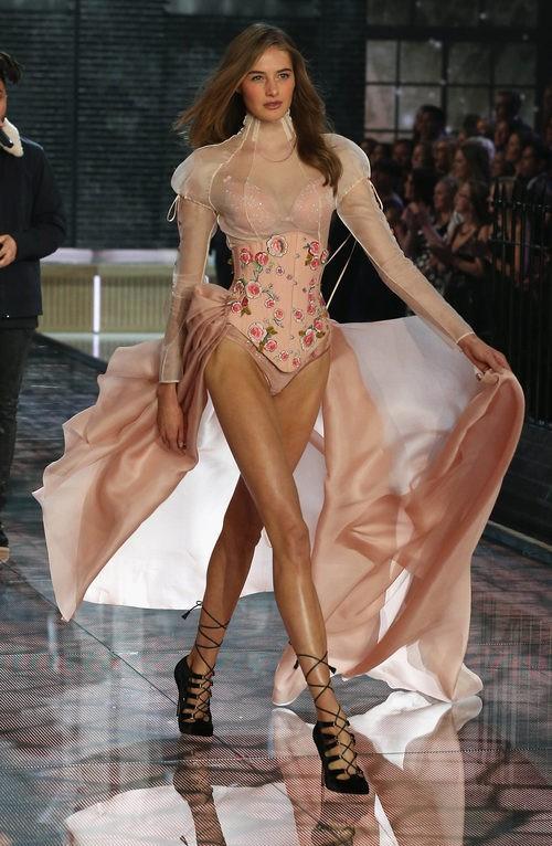 Sanne Vloet con conjunto en tonos rosa nude desfilando para el Fashion Show 2015 de Victoria's Secret