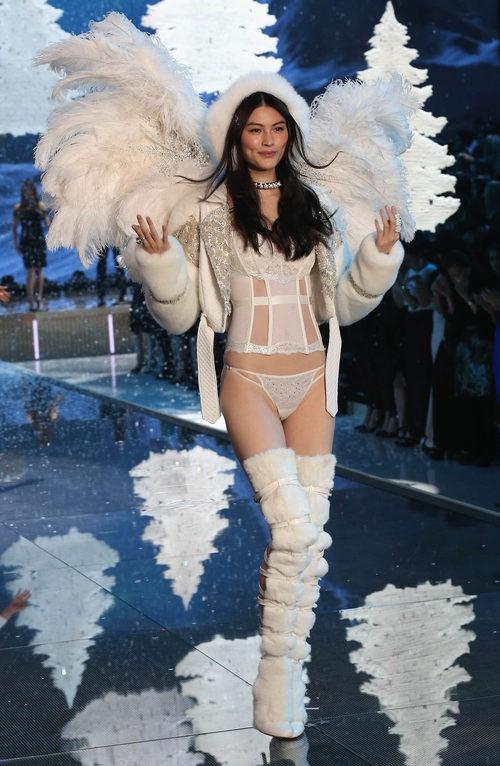 Sui He con conjunto blanco desfilando para el Fashion Show 2015 de Victoria's Secret