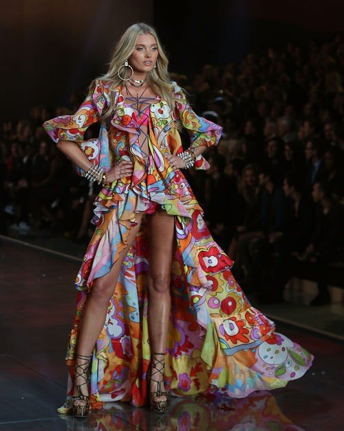 Elsa Hosk con conjunto de colores desfilando para el Fashion Show 2015 de Victoria's Secret
