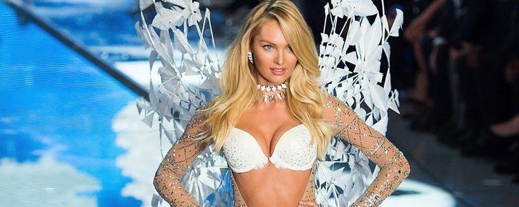 Candice Swanepoel con conjunto blanco desfilando para el Fashion Show 2015 de Victoria's Secret