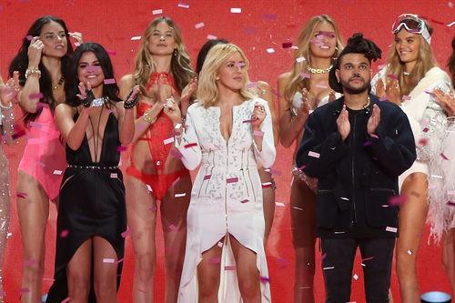 Selena Gómez, Ellie Goulding, y el cantante de The Weekend con las modelos de Victoria's Secret 2015