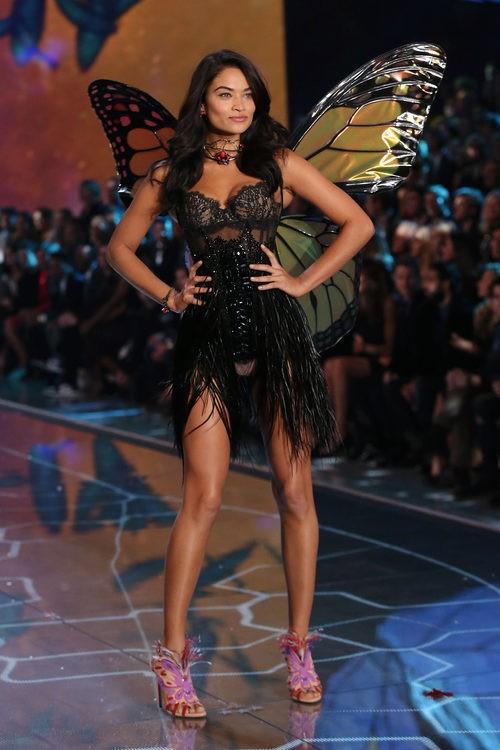 Shanina Shaik con conjunto negro desfilando para el Fashion Show 2015 de Victoria's Secret