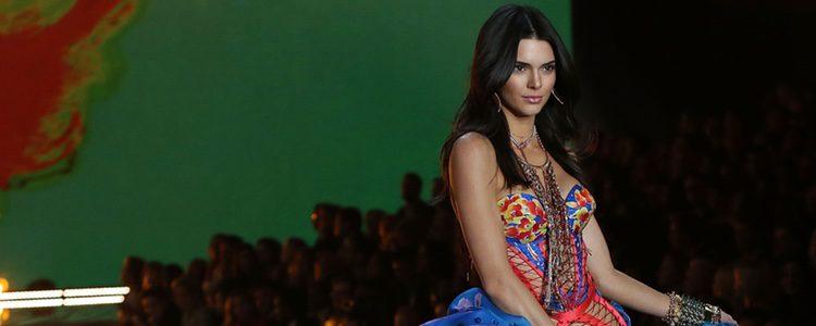 Kendall Jenner con conjunto rojo y azul desfilando para el Fashion Show 2015 de Victoria's Secret
