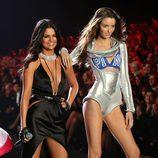 Selena Gómez bailando con Megan Puleri en el Fashion Show de Victoria's Secret 2015