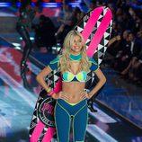 Devon Windsor con conjunto verde y azul desfilando para el Fashion Show 2015 de Victoria's Secret
