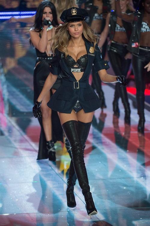Josephine Skriver con conjunto negro desfilando para el Fashion Show 2015 de Victoria's Secret