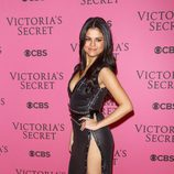 Selena Gomez con vestido negro y beige en el After Party del desfile de Victoria's Secret