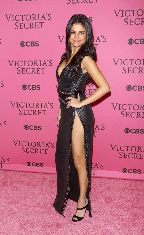 Selena Gomez con vestido negro y beige en el After Party del desfile de Victoria's Secret