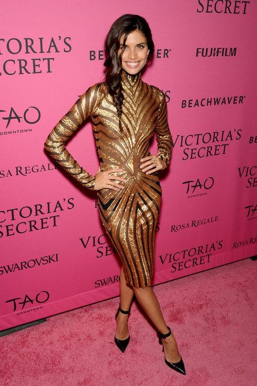 Sara Sampaio con vestido dorado en el After Party del desfile de Victoria's Secret