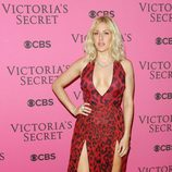Ellie Goulding con vestido rojo y negro en el After Party del desfile de Victoria's Secret