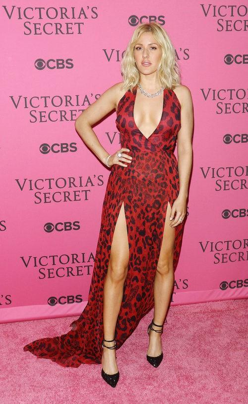 Ellie Goulding con vestido rojo y negro en el After Party del desfile de Victoria's Secret