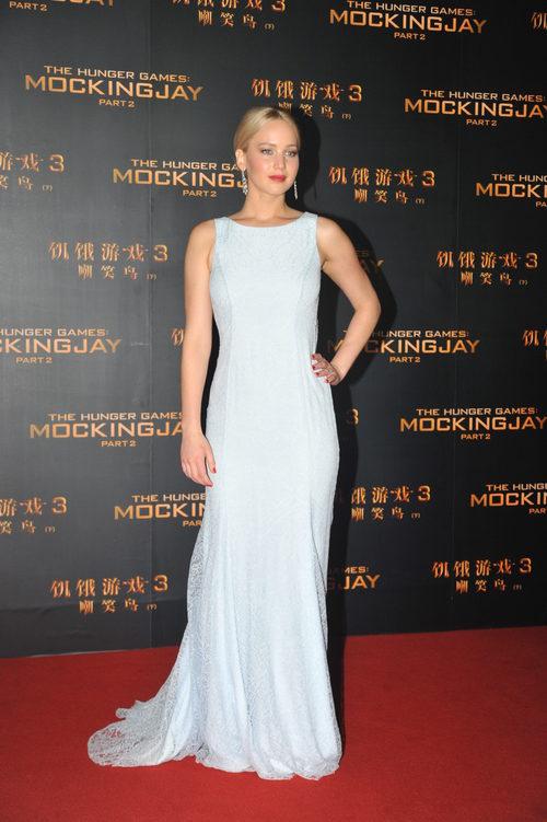 Jennifer Lawrence con vestido blanco de Dior en la premiere de Pekín para promocionar la película 'Los Juegos del Hambre'