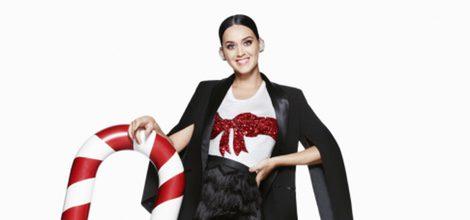 Katy Perry con camiseta blanca y blazer negro de la colección Navidad 2015 de H&M