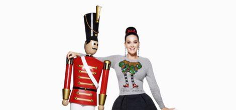Katy Perry con camiseta gris y falda negra de la colección Navidad 2015 de la firma H&M