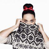 Katy Perry con jersey gris y negro de la colección Navidad 2015 de la firma H&M