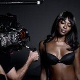 Naomi Campbell posando con sujetador negro para la campaña de Navidad 2015 de Yamamay