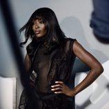 Naomi Campbell posando con top negro transparente para la campaña de Navidad 2015 de Yamamay