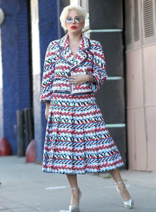 Lady Gaga con un traje falda chaqueta multicolor
