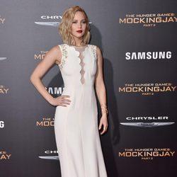 Jennifer Lawrence con vestido largo blanco de Dior en la premiere de Los Ángeles para promocionar la película 'Los Juegos del Hambre'