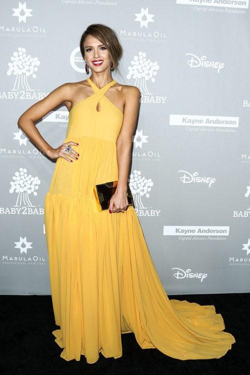 Jessica Alba apuesta por un vestido amarillo