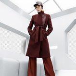 Abrigo lazado y pantalón palazzo burdeos de la colección de H&M otoño/Invierno 2015-2016