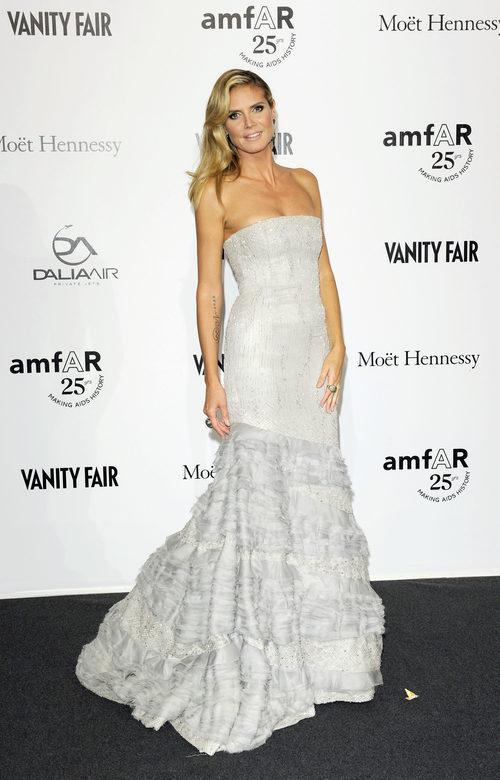 Heidi Klum con un vestido blanco roto en la gala amFAR 2011