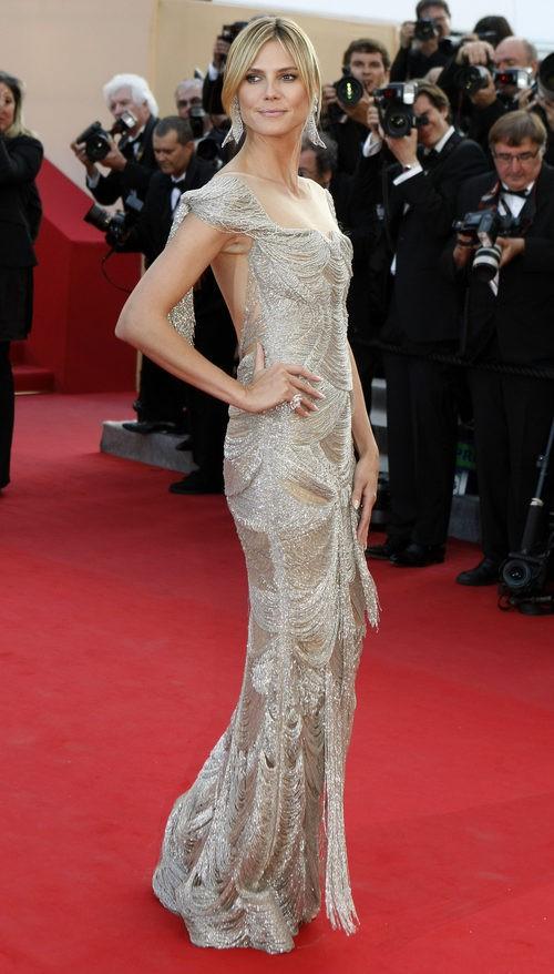 Heidi Klum con vestido de brillos plateado en un estreno