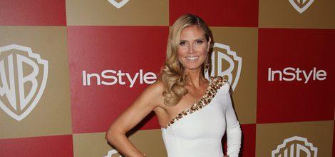 Heidi Klum con vestido blanco con detalles dorados en la fiesta InStyle