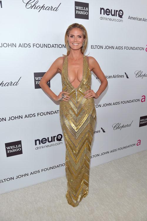 Heidi Klum con vestido ceñido dorado en la fiesta de Elton John