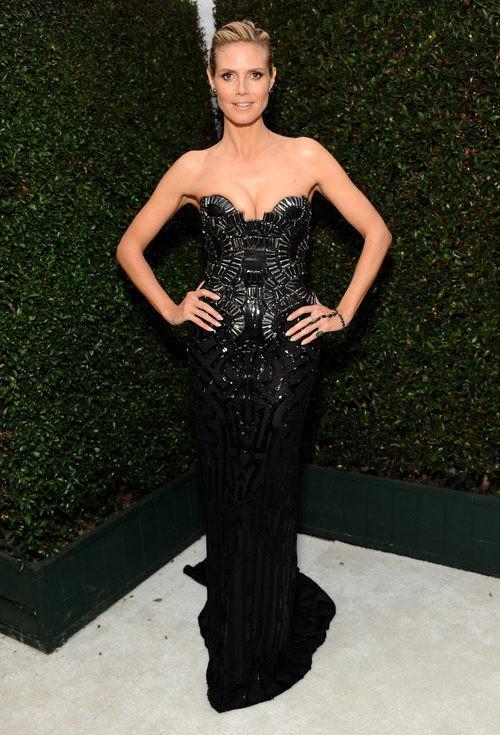 Heidi Klum con vestido negro palabra de honor en la fiesta de Elton John