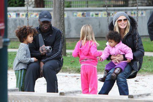 Heidi Klum con vaqueros y beanie junto a Seal y sus hijos
