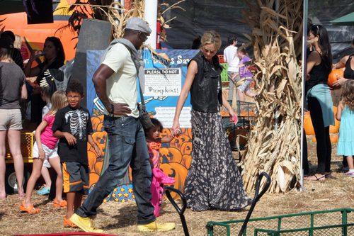 Heidi Klum con su ex marido llevando una falda larga y chaleco de cuero