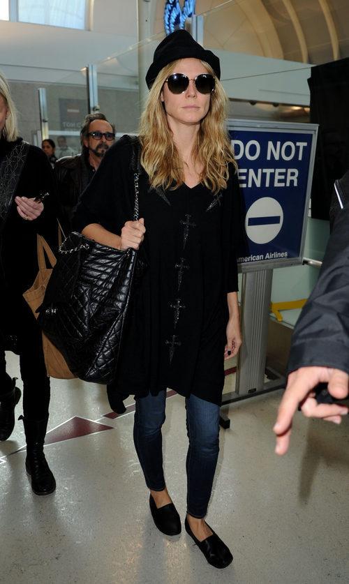 Heidi Klum con su vaquero y abrigo negro en el aeropuerto
