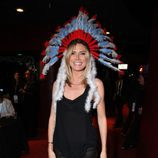 Heidi Klum con un tocado de india gigante en un acto benéfico