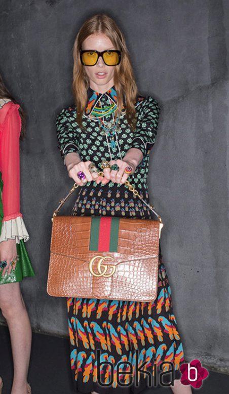Modelo con piezas de la colección Crucero 2016 de Gucci que presentará en Londres