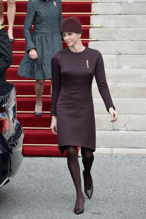 La princesa Charlene de Monaco con vestido y sombrero berenjena en el Día Nacional de Mónaco