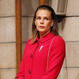 Estefanía de Mónaco con chaquetón rojo y bolso quilt negro en el Día Nacional de Mónaco