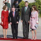 Los Reyes de España junto con los de Jordania en el aeropuerto de Madrid