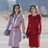 Rania de Jordania con abrigo en tweed y la Reina Letizia con vestido rojo de Felipe Varela en la llegada de Rania al aeropuerto de Madrid