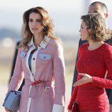 Rania de Jordania y la Reina Letizia en la llegada de Rania al aeropuerto de Madrid